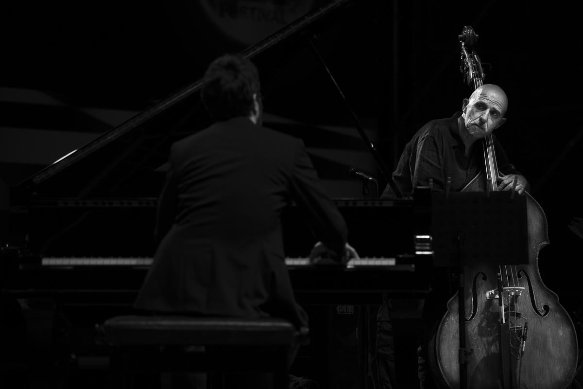 Enzo Pietropaoli (contrabbasso) Julian Mazzariello (piano)