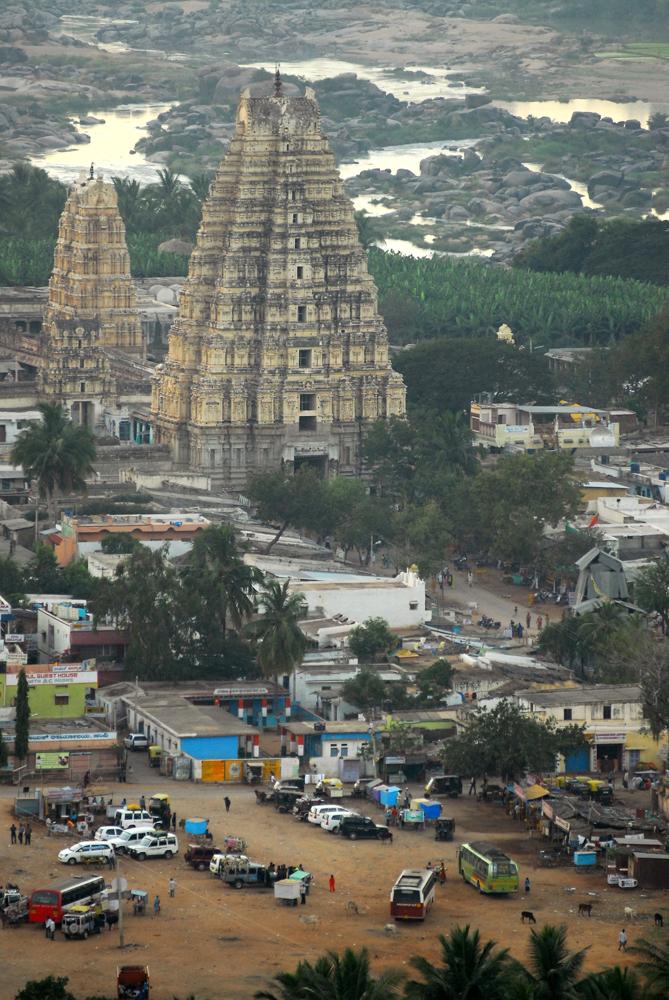 Hampi , India . Stato del Karnataka - L'imponente gopura del tempio Virupaksha in Hampi Bazaar visti dalla collina di Hemakuta