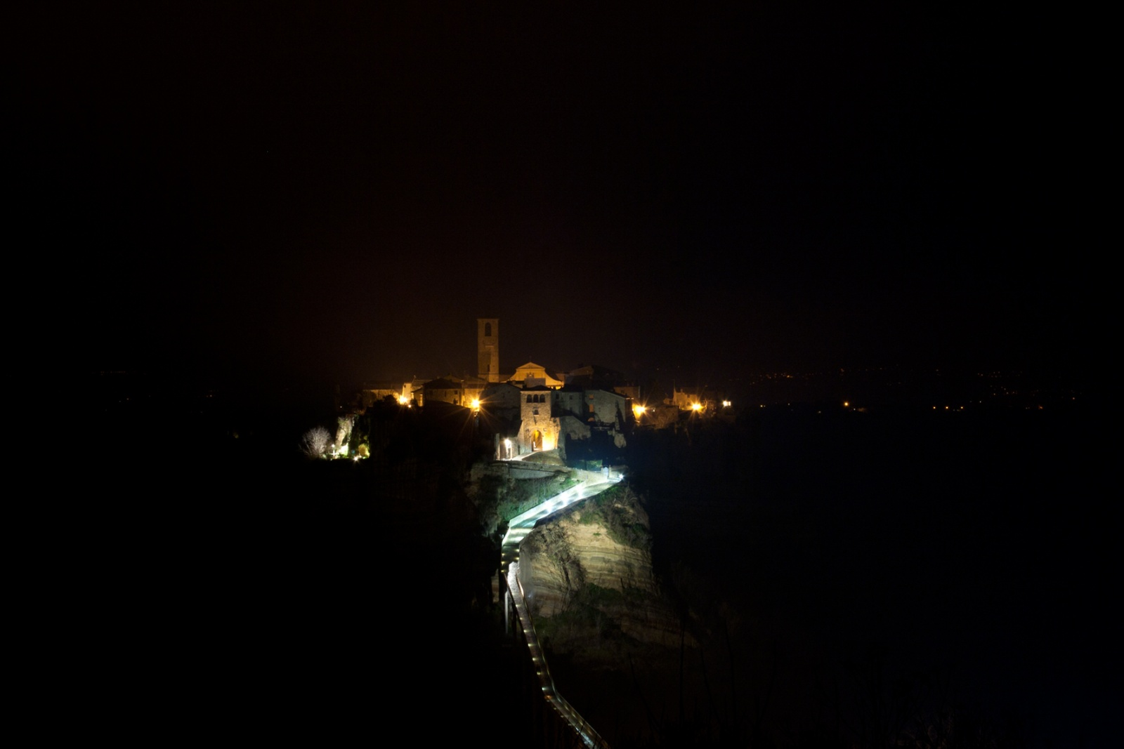 Civita-Di-Bagnoregio-Di-Notte - Visuale suggestiva di Civita di Bagnoreggio fotografata di notte.